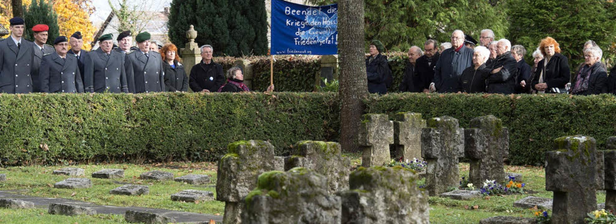 Am Ehrenmal auf dem alten Friedhof wur...t einem Transparent kam nicht gut an.   | Foto: Volker Münch