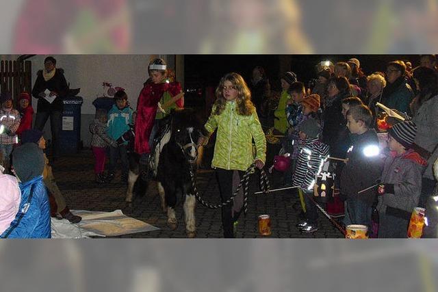 St. Martin hoch zu Pony beim Laternenfest