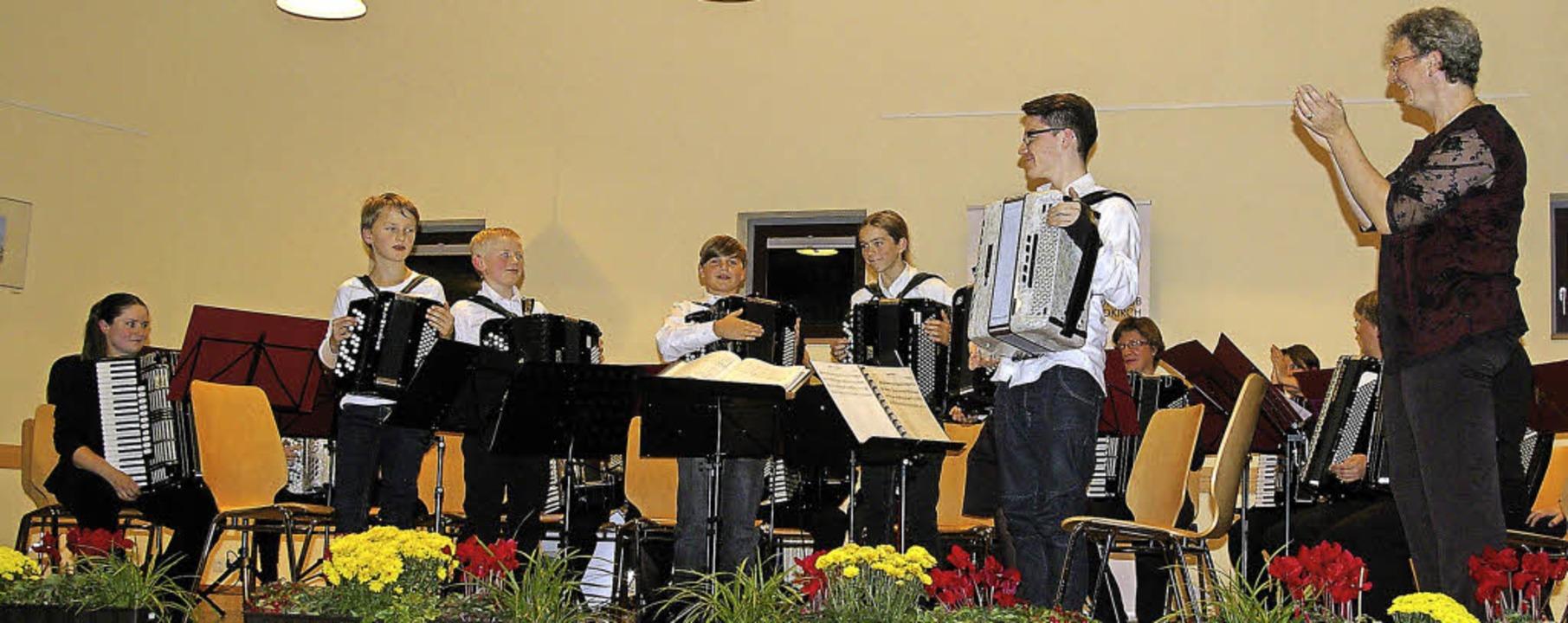 Applaus für Landesmeister Sebastian Fl...Stück im Konzertorchester mitspielte.   | Foto: Bilke