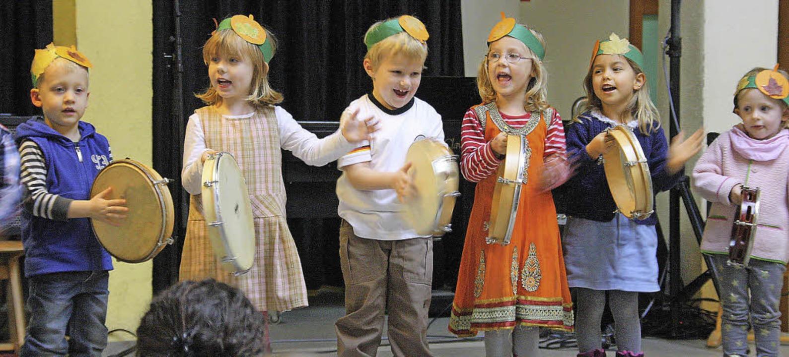 <Text>Mit sichtlicher Begeisterung sch...hen Spielwiese ihre Tamburins.</Text>   | Foto: Kugler