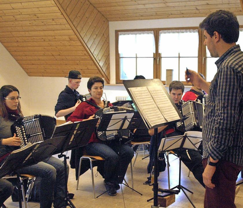 Etliche neue Stücke hat Dirigent Robin...benwochenende intensiv beackert wurden  | Foto: Karin Stöckl-Steinebrunner