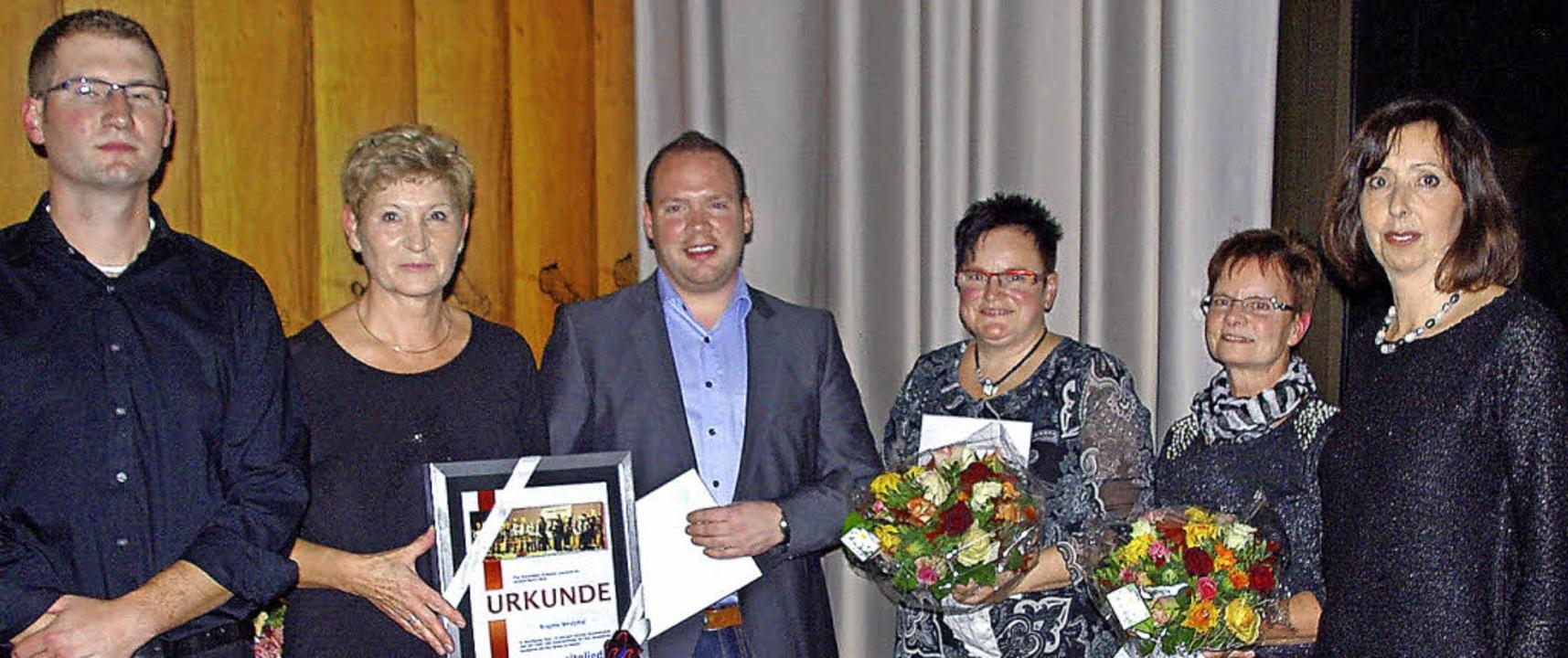 Ausgezeichnegt für  langjährige Mitgli... Rechts Vereinsvorsitzende Judith Lutz  | Foto: Rolf Reißmann