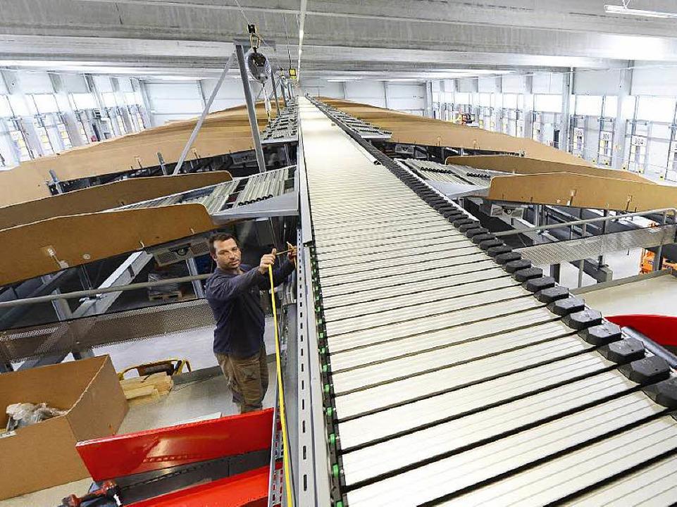 Erst auf das Förderband, dann ab auf d... im neuen Verteilzentrum der Post DHL   | Foto: Ingo Schneider