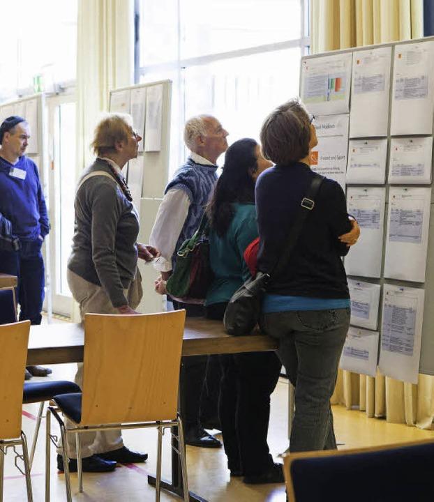 Die Bürgerforum-Teilnehmer studieren d...ießend neue Leitsätze zu formulieren.   | Foto: Gabriele Zahn