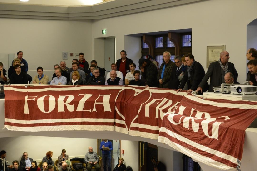 """""""Forza Freiburg"""" auf der Tribüne des Ratssaal.    Foto: Ingo Schneider"""