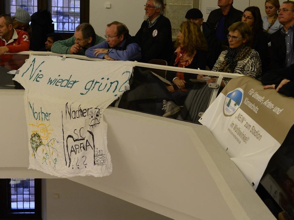 """""""Nie wieder grün?"""" steht auf einem Transparent der Stadiongegner.    Foto: Ingo Schneider"""