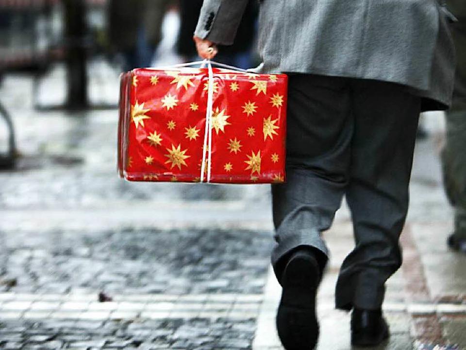 Weihnachtszeit ist auch Paketzeit: Die Post braucht  zusätzliche Arbeitskräfte.  | Foto: dpa