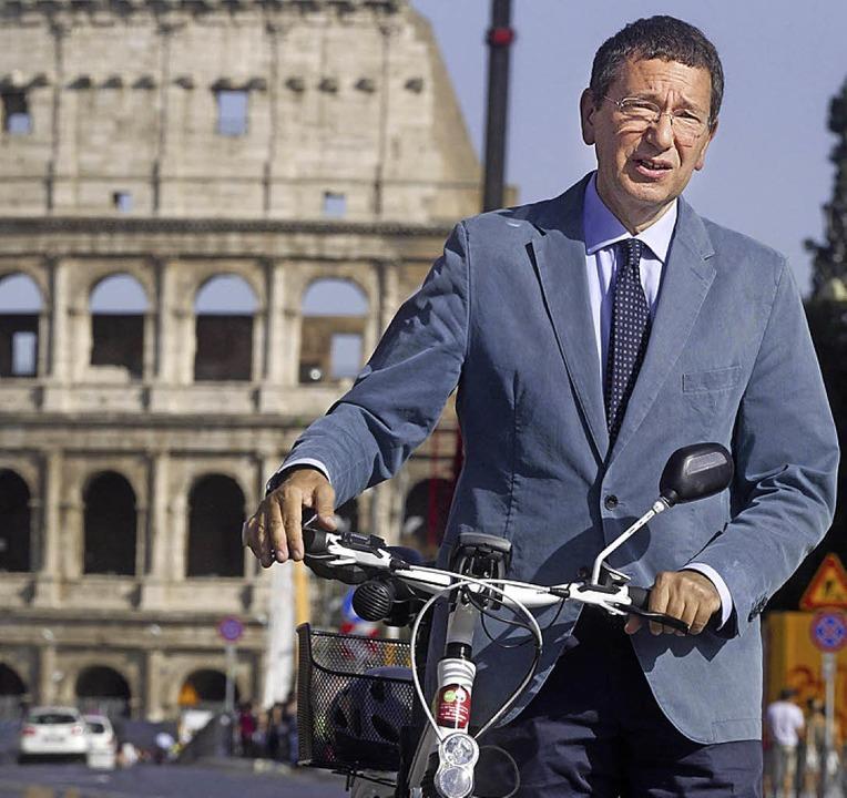 Der römische Bürgermeister Ignazio Marino fährt jetzt lieber Rad.  | Foto: dpa