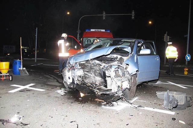 Ein Verletzter und großer Schaden bei Zusammenstoß zweier Autos