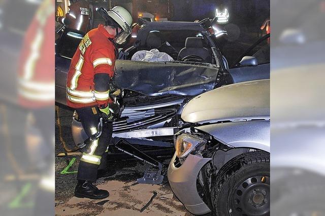 Feuerwehr muss Unfallauto aufschneiden