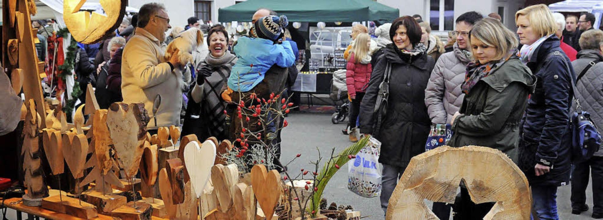 Für Weihnachtsschnitzereien interessie...so mancher Besucher des Wintermarkts.   | Foto: Wolfgang Künstle