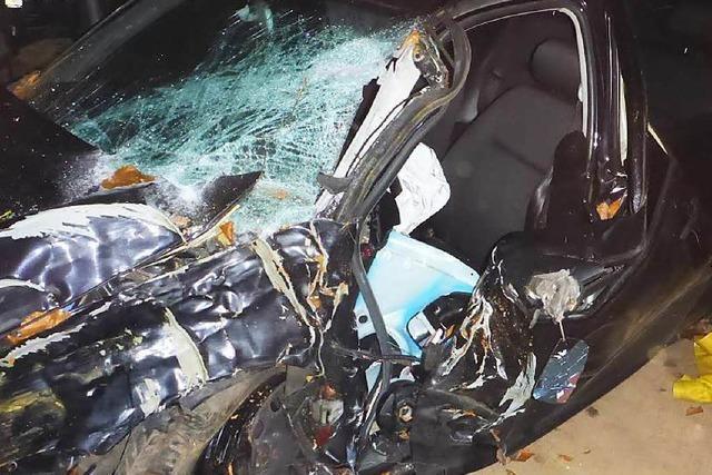 Unfallfahrer transportiert Autowrack mit Traktor ab