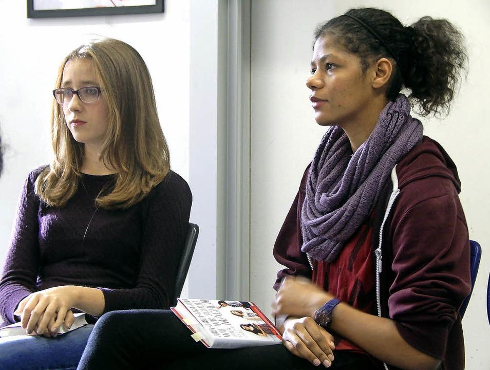 Die beiden Schülerinnen und Buchautori... bei ihrem  Vortrag in der Hebelschule  | Foto: privat