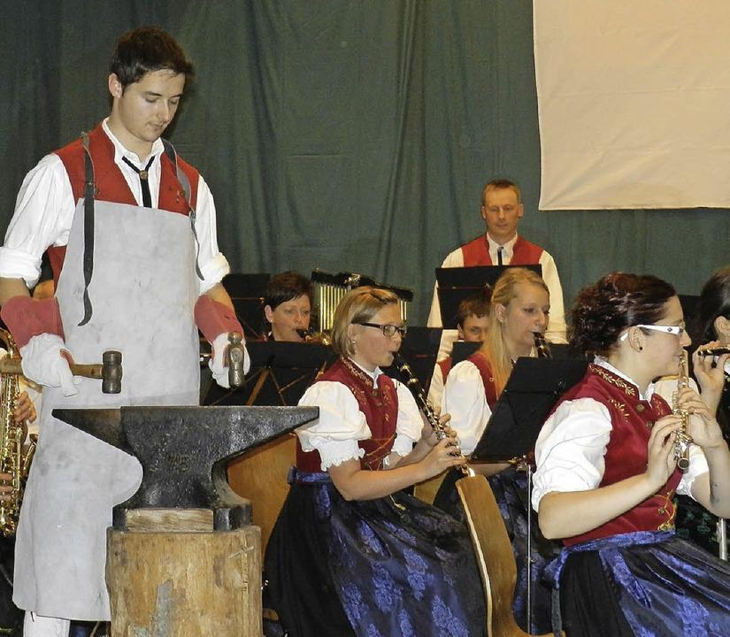 Klong-klong: Trachtenmusiker Dirk Muck...ster beim Vorspiel  der Amboss-Polka.   | Foto: Gerhard Wiezel