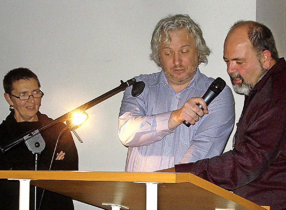 """Krimiautor Ralf Dorweiler (Mitte) las ...nem  Roman """"Salamitaktik"""".    Foto: Adrian Steineck"""