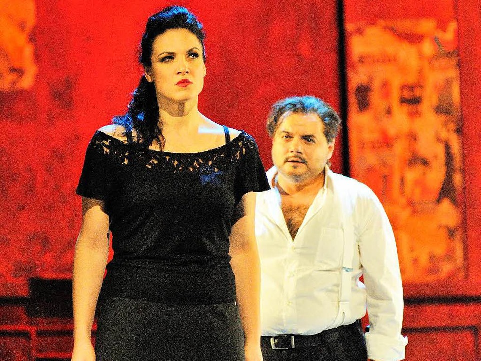 Konflikt: Carmen (Katerina Hebelková) und Don José (Roberto Gionfriddo)    Foto: Maurice Korbel
