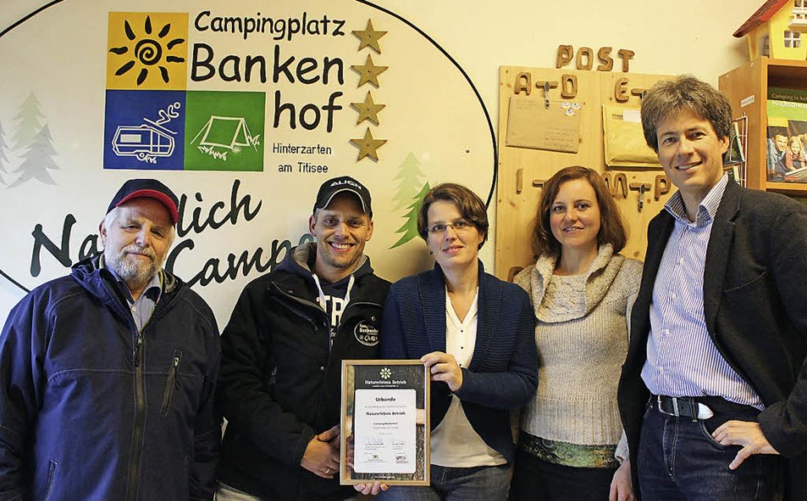 Freude über die Urkunde (von links): A...er Marco Walter vom Verein Ecocamping.  | Foto: Joachim Frommherz