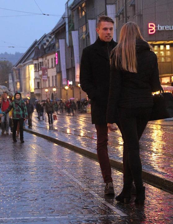 Mädchen sammeln, das macht David übera...Nieselregen auf der KaJo in Freiburg.   | Foto: Buhl