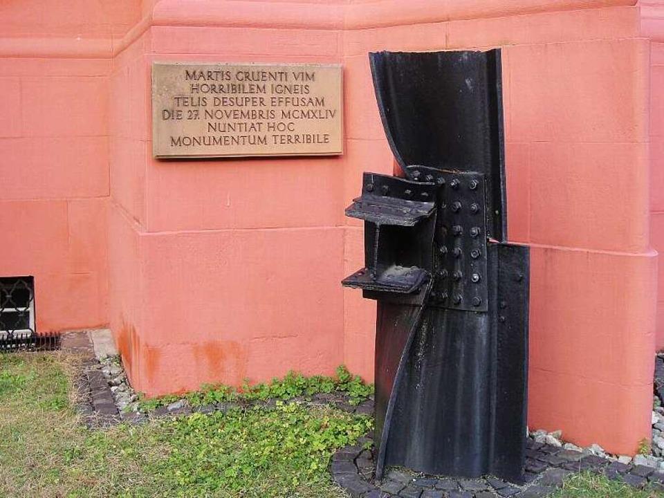 Ein verbogenes Maschinenteil aus der D...er-Verlag erinnert an die Bombennacht.  | Foto: Carola Schark