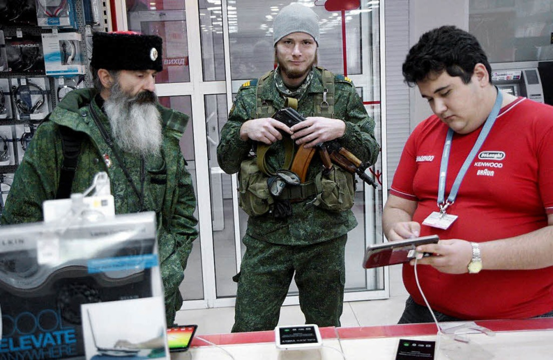 Sie wollen wirklich nur einen Computer...Bewaffnete im Kundengespräch in Donezk  | Foto: gathmann