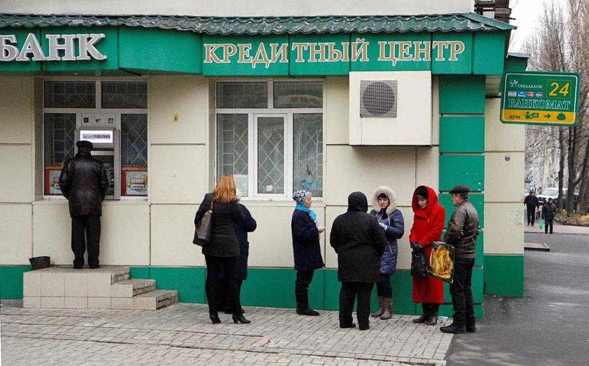 Warten auf die Rente, doch der Automat spuckt meist kein Geld aus.  | Foto: Gathmann