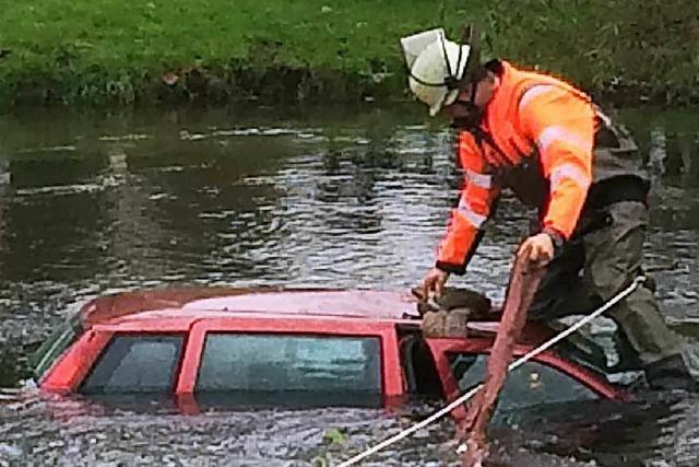 Feuerwehr birgt Auto aus Elz – doch wie kam es rein?