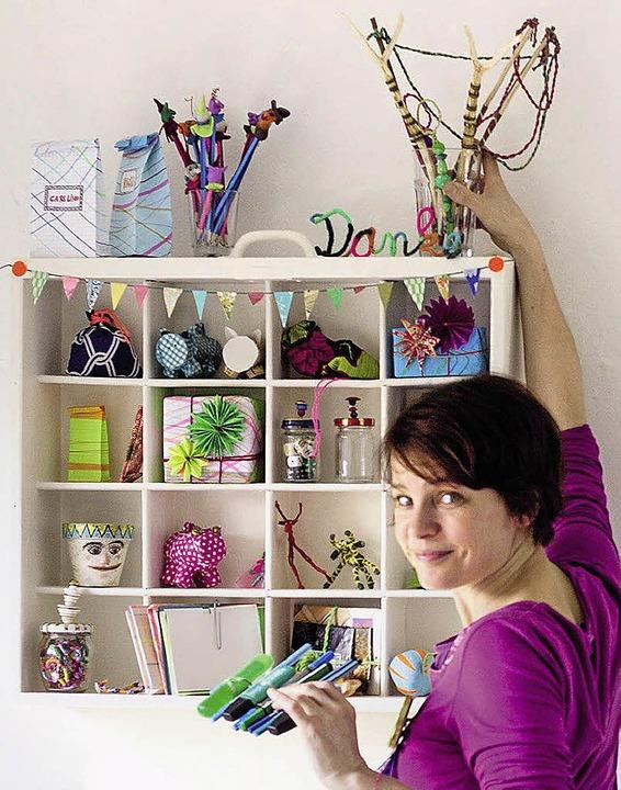 Antje von Stemm sortiert im Atelier die Geschenke.  | Foto: Verlag