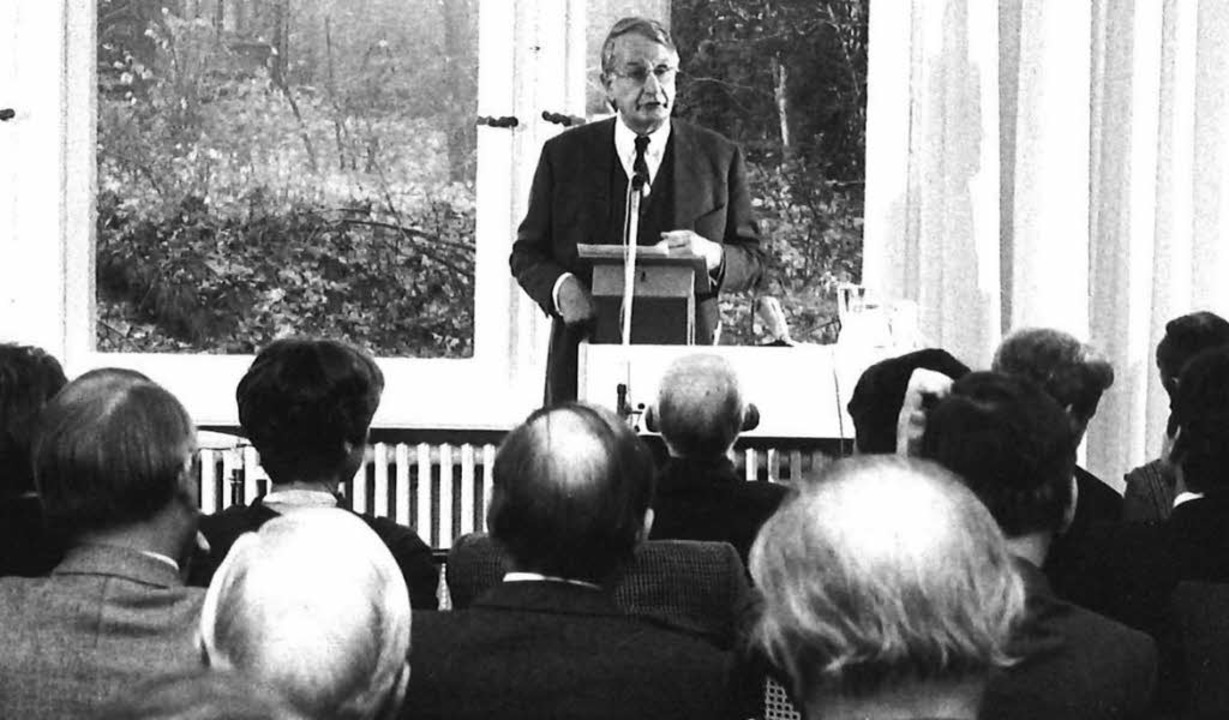 Gründungsrektor vor klugen Köpfen: Pet... 1981 im Berliner Wissenschaftskolleg   | Foto: Wissenschaftskolleg