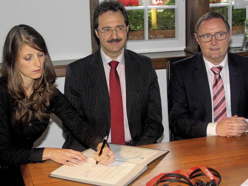 Projektleiterin Heike Kramer,  Bürgerm...heim-Zell) unterzeichnen den Vertrag.   | Foto: Fabry