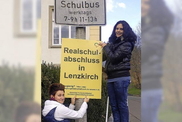 Eltern kleben Plakate