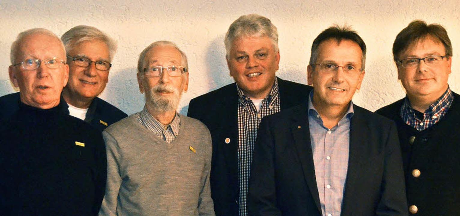 Mit der silbernen Ehrennadel der Freie...Rainer Hofmann und Wolfgang Wenk aus.   | Foto: Axel Kremp