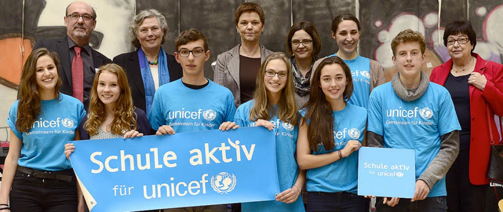 Angell-Schülerinnen und Schüler  haben...nicef-Partnerschule entgegengenommen.   | Foto: Ingo Schneider
