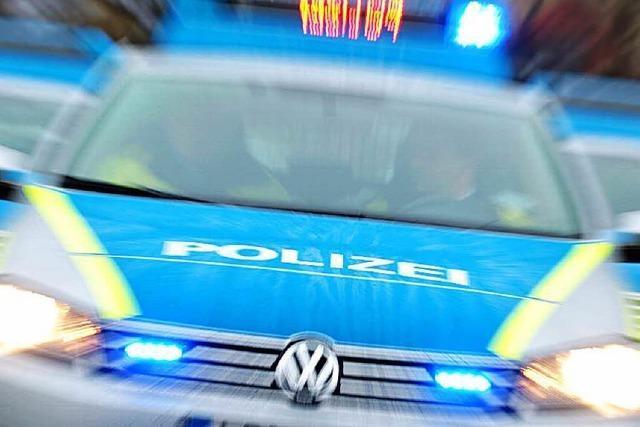 Spezialkräfte umstellen Haus und verhaften Mann mit Messer