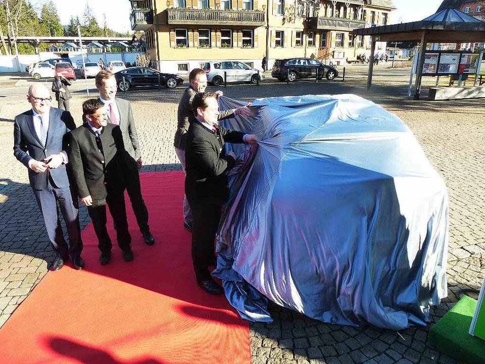 Minister Bonde und HTG-Chef Rudolph zupfen die Hülle weg.    Foto: Peter Stellmach