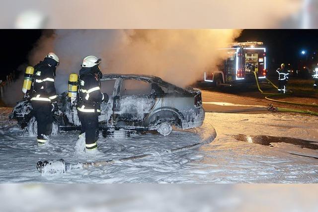 Auto brennt in der Nacht