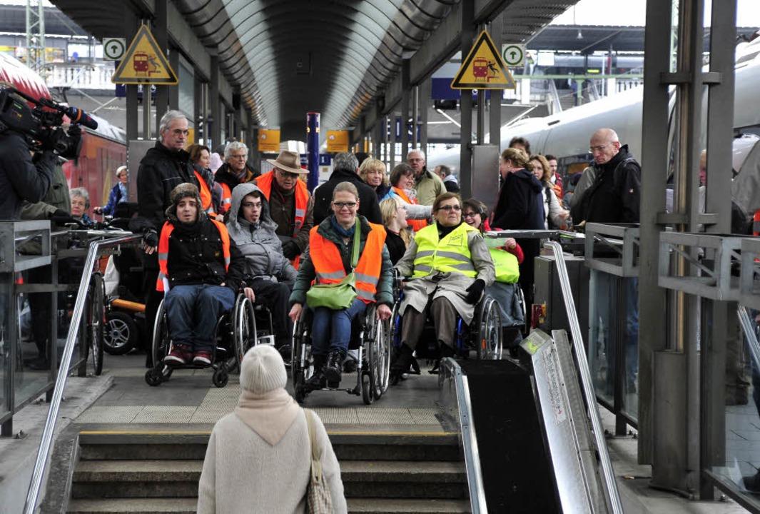 Ende der Mobilität: Rollstuhlfahrer mü...ans Ende des Bahnsteigs zum Fahrstuhl.  | Foto: Thomas Kunz