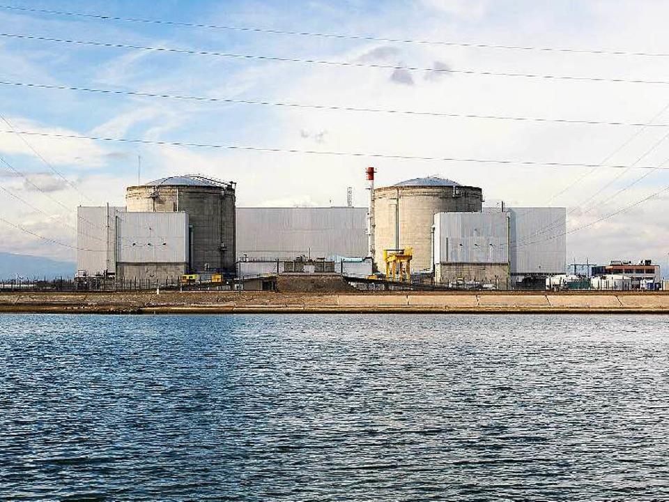 Das Atomkraftwerk in Fessenheim: In de...belastetes Wasser in den Rhein zurück.  | Foto: AFP