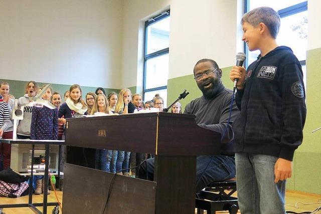 300 Realschüler proben mit Gospelsänger Freddy Washington