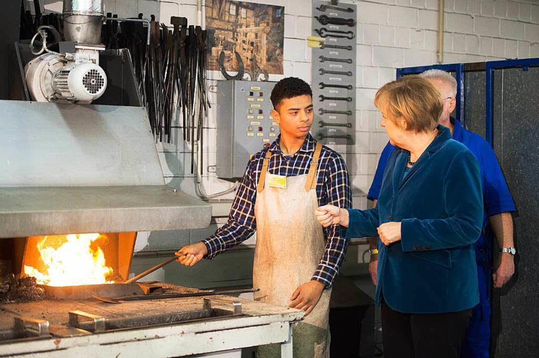 Kanzlerin Angela Merkel macht sich ein... Verkehrsbetriebe Zuwanderer fördern.   | Foto: DPA