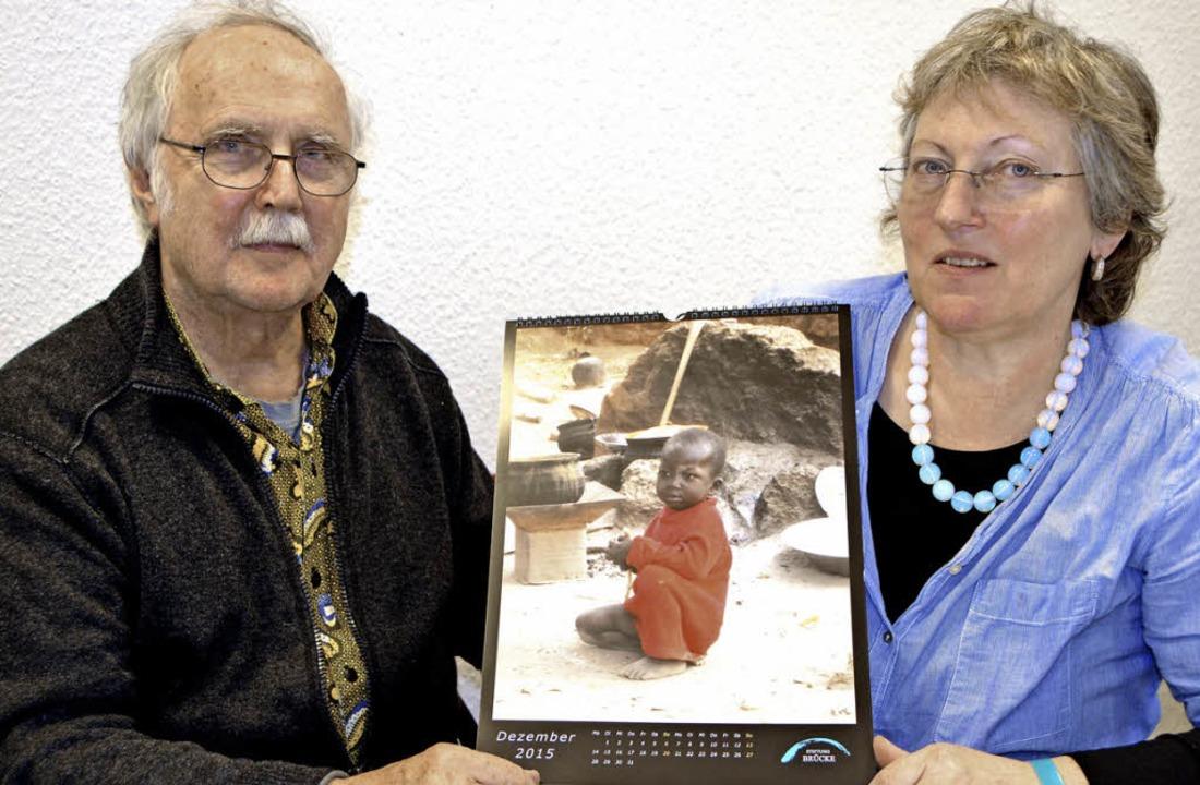 Bettina Mühlen-Haas und Peter Haas mit...pielt an der Feuerstelle der Familie.   | Foto: Sylvia-Karina Jahn