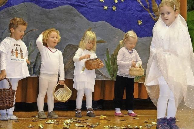 Kindergartenkinder greifen nach den Sternen