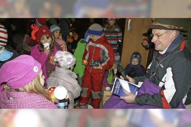 Pfarrer liest Kindern vor