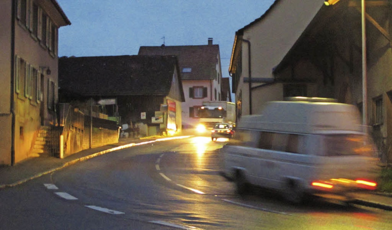Morgens früh und abends herrscht in Rü...itt Tempo 30 und das nur nachts geben.  | Foto: Jutta Schütz