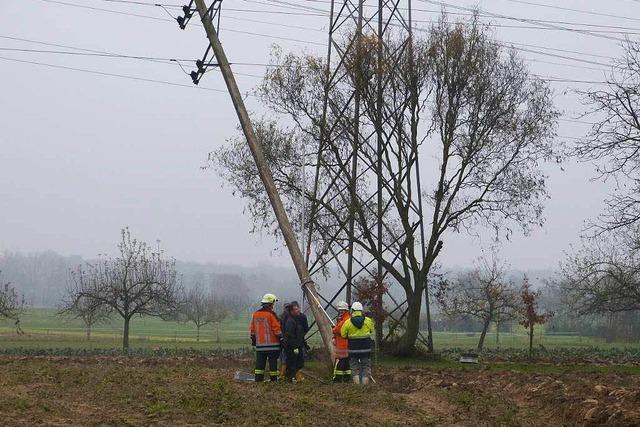Landwirt pflügt Strommast um – Blackout für eine Stunde