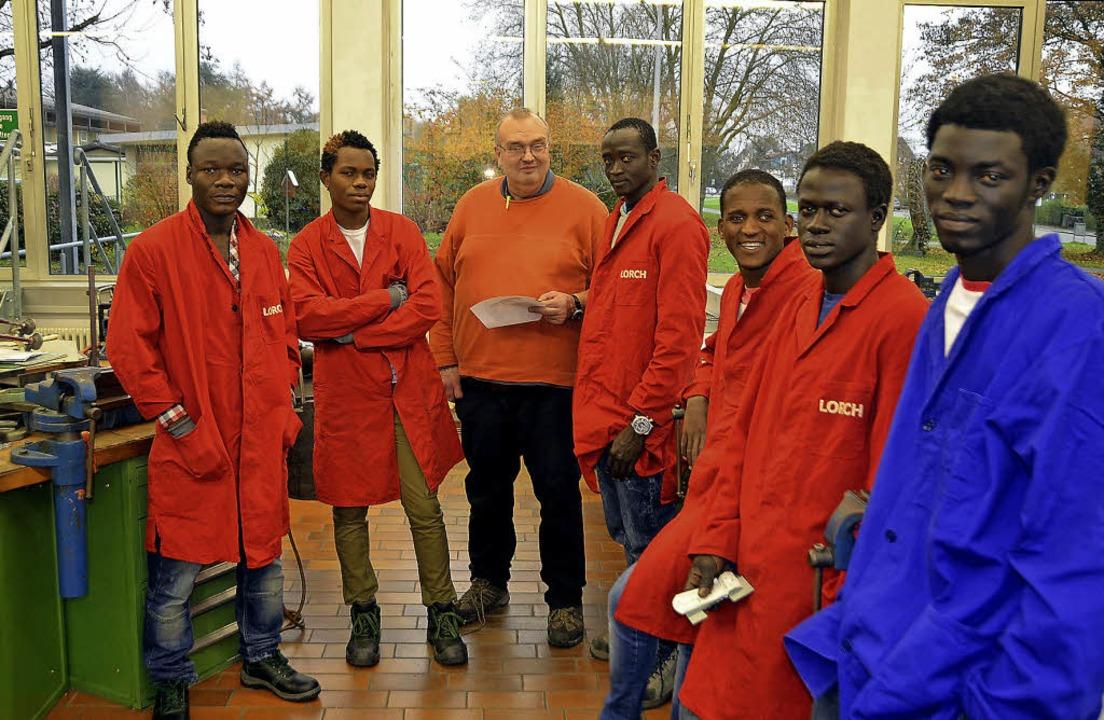 Bauen einen Halter für ihr Mobiltelefo...ler der VAB-Klasse mit Günter Laatsch   | Foto: Peter Gerigk