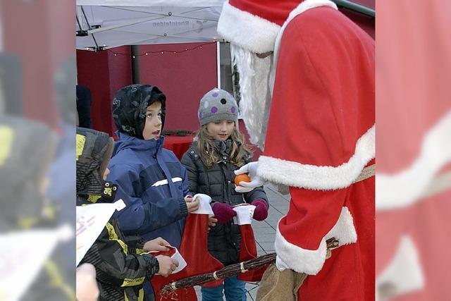 Der Nikolaus füllt die Stiefel