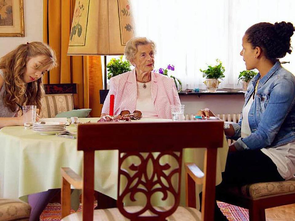 Annette Bloom (Mitte) berichtet den Sc...chts) von ihrer Flucht in die Schweiz.  | Foto: SWR