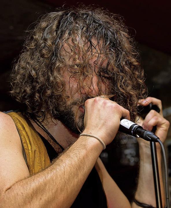 Simon Matt, charismatischer Sänger von Locos Estúpidos  | Foto: Wolfgang Scheu