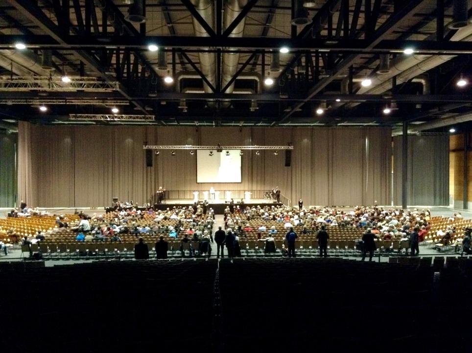 Rund 500 Interessierte sind am Donnerstagabend in die Messe Freiburg gekommen.
