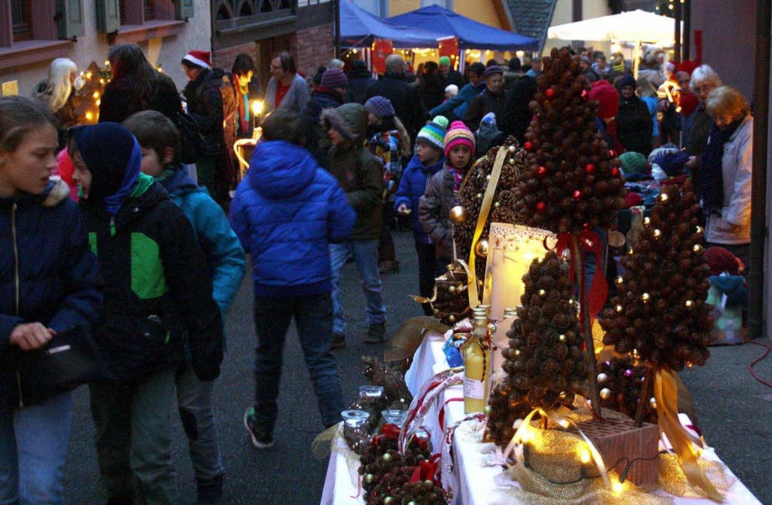 Kaum ein Durchkommen war in der Kirchs...len Kleinen Adventsmarkt in Bahlingen.  | Foto: Christiane Franz